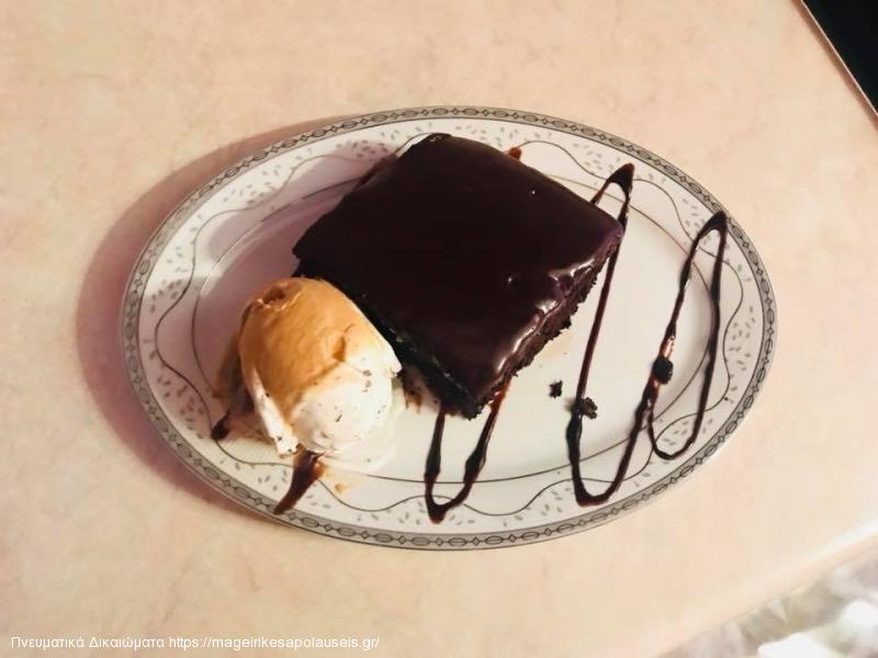 Ζουμερό κέικ με παγωτό