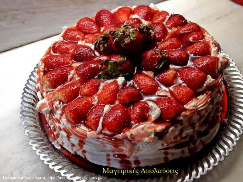 Πάβλοβα με φράουλες και σιρόπι φράουλας