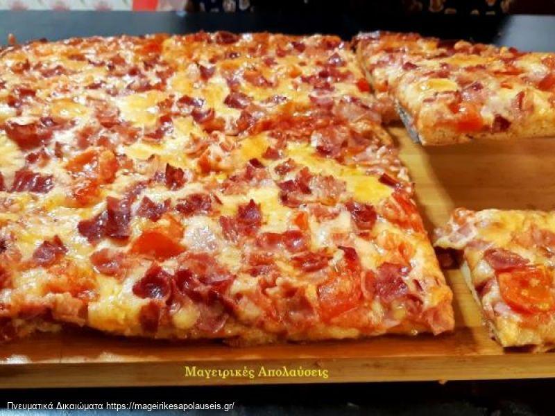 Αφράτη πίτσα με ζυμάρι χωρίς μαγιά μέσα σε πέντε λεπτά.  Χωρίς αναμονή, χωρίς μίξερ.